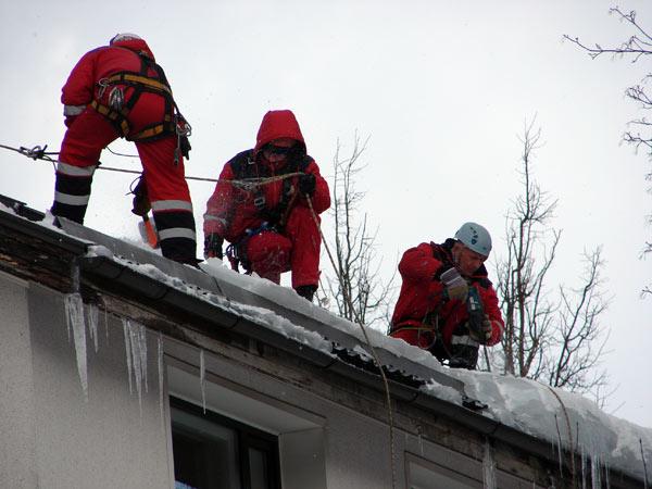 Бригада по очистке крыш от снега